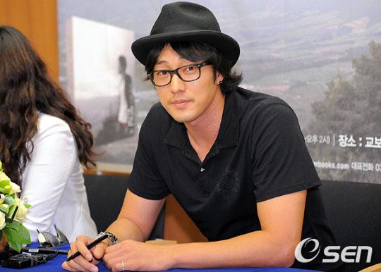 โซจีซอบ (So Ji Sub) แจกลายเซ็นแฟนคลับเปิดตัวหนังสือ 'เส้นทางของโซจีซอบ'