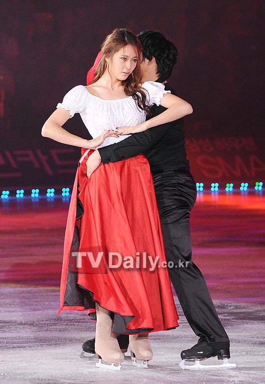 [News] 110815 คริสตัล (Krystal), อีดงฮุน ร่วมโชว์สเก็ตลีลาในงาน 'All That Skate Summer 2011' 05